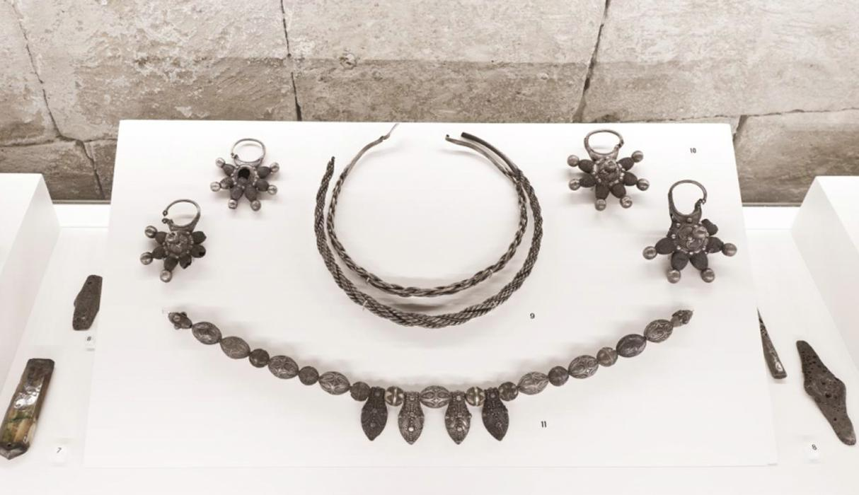 Showcase 2. Pieces of jewellery of the XIth-XIIIth centuries